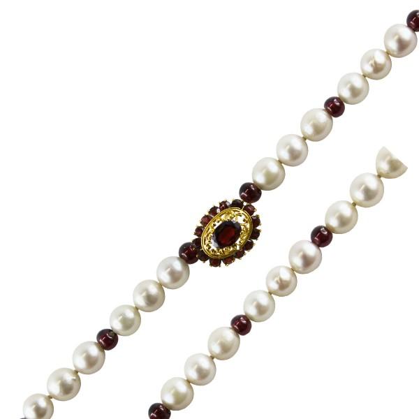 Antike Perlenkette – Perlencollier japanische Akoyaperlen Schliesse roter Granat 8kt Gelbgold 44cm