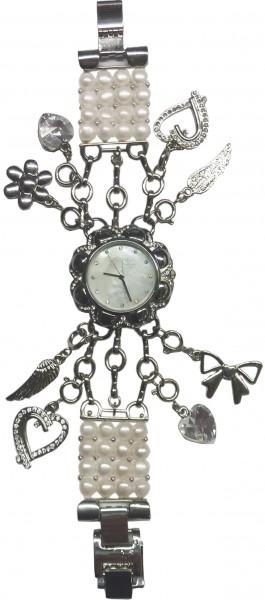 Damenuhr !Einen  besonderer Hingucker bietet die Chrystal Blue Quarzwerk Damenuhr. Das Armband besteht aus weissen Süsswasserzuchtperlen, und diversen Charms, wie z. B. einem Herz, einem Flügel Charmsanhänger, ein Zirkonia – Herz und einem Blumen –  Charm