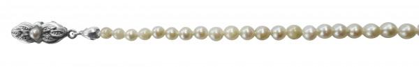 Perlenkette – Bezauberndes Perlencollier aus echten japanischen Akoyazuchtperlen 2,7-7,6 mm im Verlauf, 36 cm lang mit auffallend schönem cremefarbenen Glanz und einer ganz runden, nahezu makellosen Oberfläche. Hochwertiger Verschluss in feinem Silber 835