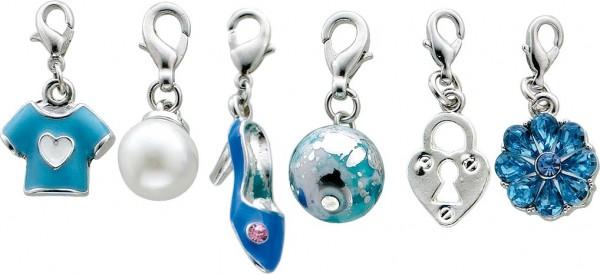 Charmset 6-teilig aus unserer Crystal Blue-Collection, teils emailliert, teils lackiert, teils mit Synthethikperlen, Kristallstrassteinen und auch mit funkelnden Zirkonia besetzt mit verschiedenen Anhängern und Karabinerverschluss aus Metal
